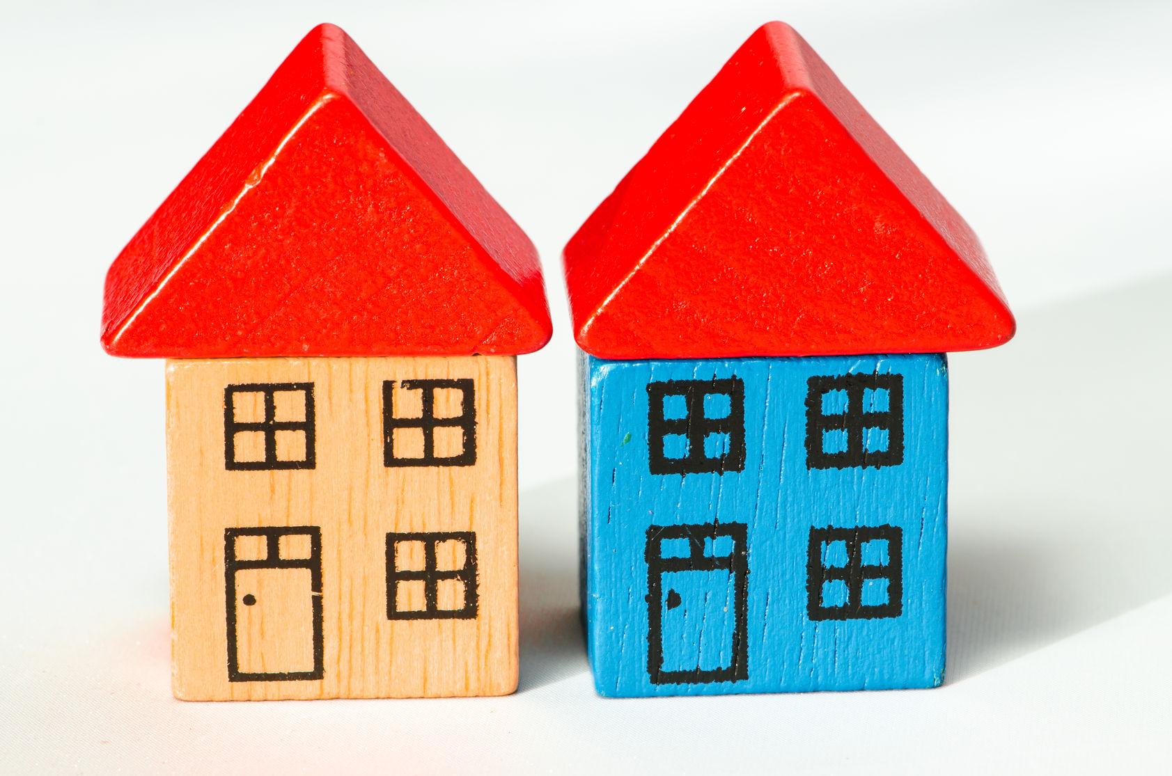 2 blokken huizen naast elkaar. Linker is geel, rechter is blauw. Bron afbeelding: https://www.despreekstoel.be/wonen-je-ouders-dicht-bij-elkaar/