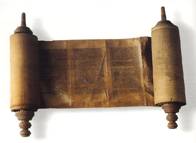 Opengerolde Torahrol; witte achtergrond