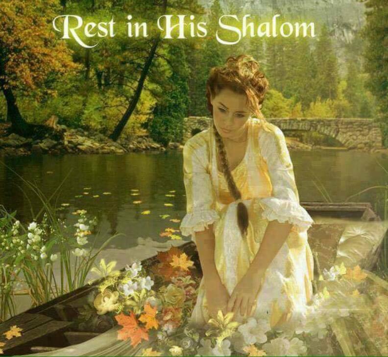 Jonge vrouw op een meertje in een bood aan het bloemschikken. Tekst: Rest in His Shalom